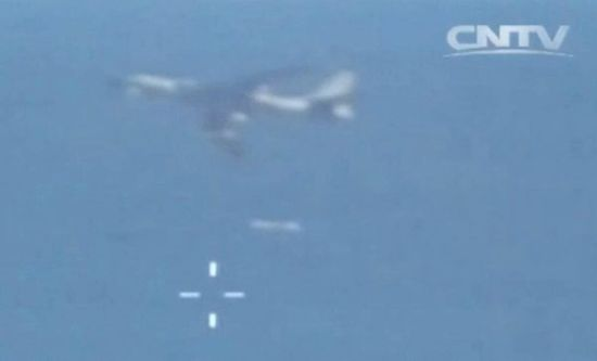 轰-6K在2日参加空军海军联合演习。此外,从公布的演习画面中还能够清楚地看到演习中轰-6K发射巡航导弹的场景。