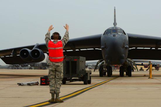 美国空军巴克斯代尔基地的B-52H飞机准备起飞执行BAAD任务