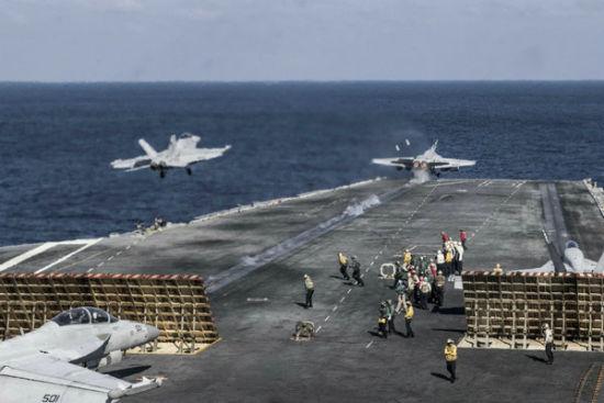 美军航母战斗群在南海实战训练。