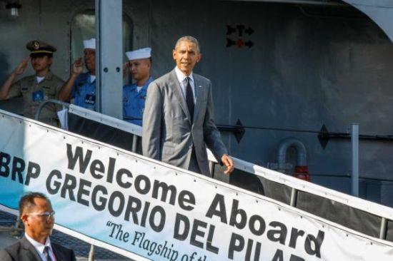 """奥巴马参观后走下舷梯,注意舷梯上还专门写明""""菲律宾海军旗舰""""(The Flagship of the philippline navy)"""