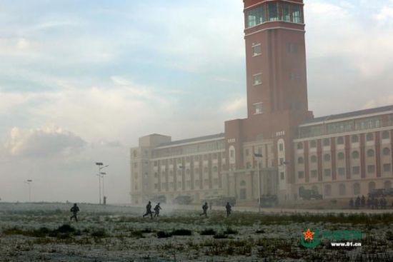 """""""逾越-2015·朱日和C""""练习中呈现的白色5层修建物,形状布局与台湾地域所谓""""总统府""""高度类似"""