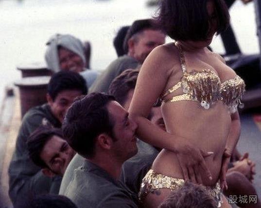 资料图:南越女子慰劳前线美军