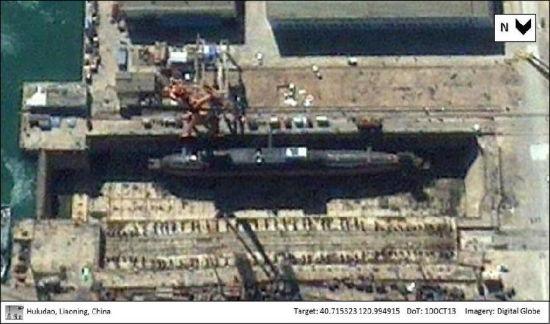 近日有外媒刊文称为谷歌地图提供卫星照片的卫星拍到中国葫芦岛的核潜艇建造厂内出现了疑似第五艘094型核潜艇。其依据是这张照片摄于2013年10月10日,显示一艘094型在干船坞内进行作业,而2013年2月的照片显示一艘094潜艇在码头停靠;
