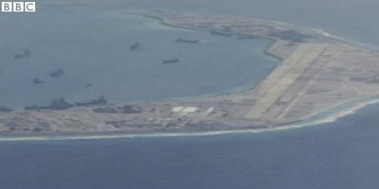 外国记者乘机航拍南海岛礁。