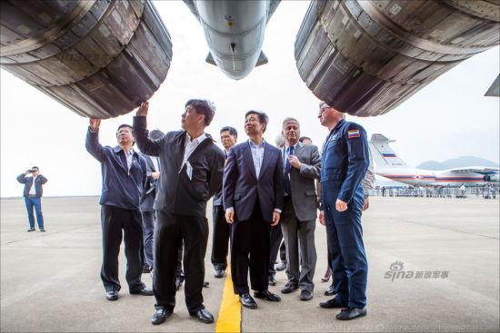 2014年11月11日,2014中国国际航空航天博览会(以下简称:中国航展)在广东珠海盛大开幕。作为行业盛会,本次航展吸引了国内外各大厂商的积极参与。中共中央政治局委员、国家副主席李源潮也莅临现场,参观了包括美国波音公司在内的众多国际知名展商的展台。航展开幕第二日12点22分左右,李源潮副主席参观了来华进行飞行表演的俄罗斯苏35战机。