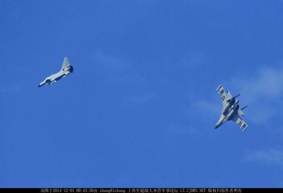 近日,网络上曝光了一组中国空军歼-10与歼-11战斗机进行空中对抗训练的画面。可以看到战斗场面十分激烈,歼-10战斗机突然做出大机动左转意图摆脱后方歼-11战斗机的锁定,歼-11也同时减速向右下方大角度机动,欲内切再次获得攻击占位。(鸣谢:超大军事 zhang81zhang)