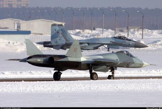 俄�_斯空�目前已�按���批量列�b量�a型�K-35S��C。近日,�K-35S�M外�煳淦��B照片�F身互��W。其�燧d的�C�d武器有空����、�h距格斗���、近距格斗���等等。�D集中�出�F了T-50��C�c�K-35S��C同�龌�行的少��鼍啊�