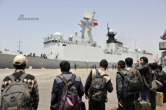 3月30日,在也门西部荷台达港,中国公民排队等候登舰。