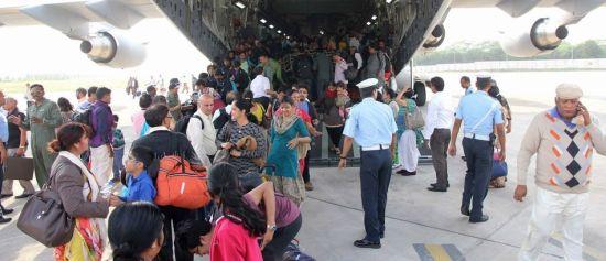 4月26日,印度空军C-17A满载救援物资飞到加德满都,同时又搭载200多名灾民的从加德满都返回德里。这架C-17此次共运送了237人,而另一架C-17返回时则运送了247人。