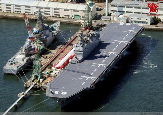 """当地时间3月25日,日本海上自卫队最大舰艇""""出云""""号航空母舰正式服役。据日本媒体报道称,""""出云""""号航空母舰全长248米,超过日本海上自卫队现役最大舰艇""""日向""""号直升机航空母舰51米,可同时起驾5架直升机。其舰载机以监视、警戒潜艇为主要任务,数量由5架增至9架。当天,服役仪式结束后,出云舰直接开赴母港横须贺进行部署。"""