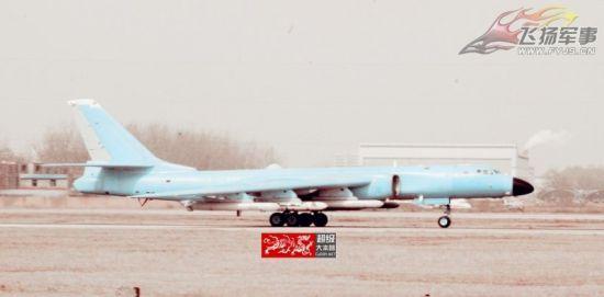 近日,有网友拍摄到一架黄皮轰-6K轰炸机挂在六发导弹照片。不过,由于图片清晰度较低,无法判断挂载导弹的型号。(感谢:飞扬军事网友 )
