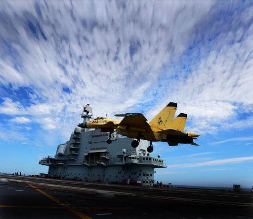 """在中国航母""""辽宁号""""宽阔的飞行甲板上,忙碌着许多水兵,他们分工、部位和使命非常明确。"""