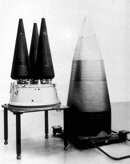 """""""民兵3""""导弹的两种再入飞行器,左为分导式多弹头,右为目前实际装备的单个弹头,洲际导弹的弹头再入大气层时飞行速度超过20倍音速"""