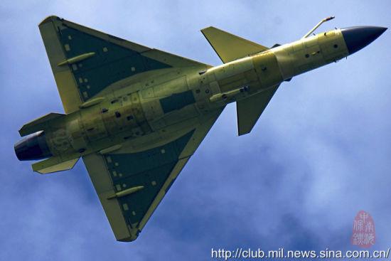 近日,网上曝光了歼10B战机飞行照片,飞行中歼10B展示了自己的加油杆。中国现役战斗机将从四代机正式迈向四代半。