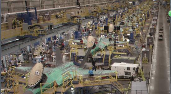 F-35战机项目进展如何了?生产情况怎么么样?大家一定想知道。虽然,战机生产情况及进度在我国及大多数国家都属于保密范围。但是,美国人还是公开了他们的F-35战机总装线内部震撼画面。 在洛克西德-马丁公司位于玛丽埃塔工厂院内,有一座内部长达1.6公里的F-35战机总装厂房。里面整齐排列了大量正在组装的F-35系列战机。其密集程度的画面非常让人震撼。拍摄视频当天,已经看到第100架F-35机体处于完工状态,正在加装航电系统。这种生产效率实在是让人佩服。