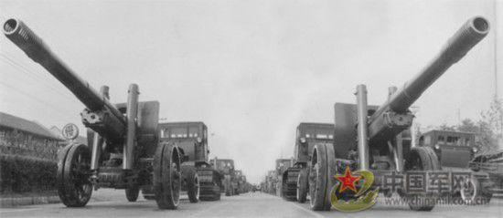 1954年第六次国庆阅兵,出现了伞兵部队的方队,但并没有跳伞。中国人民解放军骑兵部队则是最后一次接受检阅。