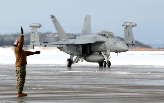 """2012年12月28日,三泽空军基地内,美国海军VAQ132电子攻击中队EA-18G""""咆哮者""""电子攻击机降落在日本三泽空军基地跑道上,开始为期6个月的战斗部署。"""