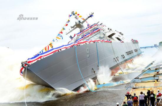 """2015年7月18日,美国威斯康星州马里内特船舶公司造船厂,LCS-9""""小石城""""号自由级近海战斗舰下水。当天,该船的命名人杰妮-博纳在舰艏砸开了香槟开启下水仪式。该级战舰主要为了适应近海作战环境,美军将该级战舰重点部署环太平洋地区。目前,在中国南海海域已有近海战斗舰在巡逻。"""