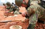 我军空降兵埋地雷实弹射击等考核合格率100%