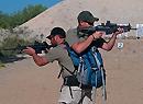 强:背截肢战友去战斗
