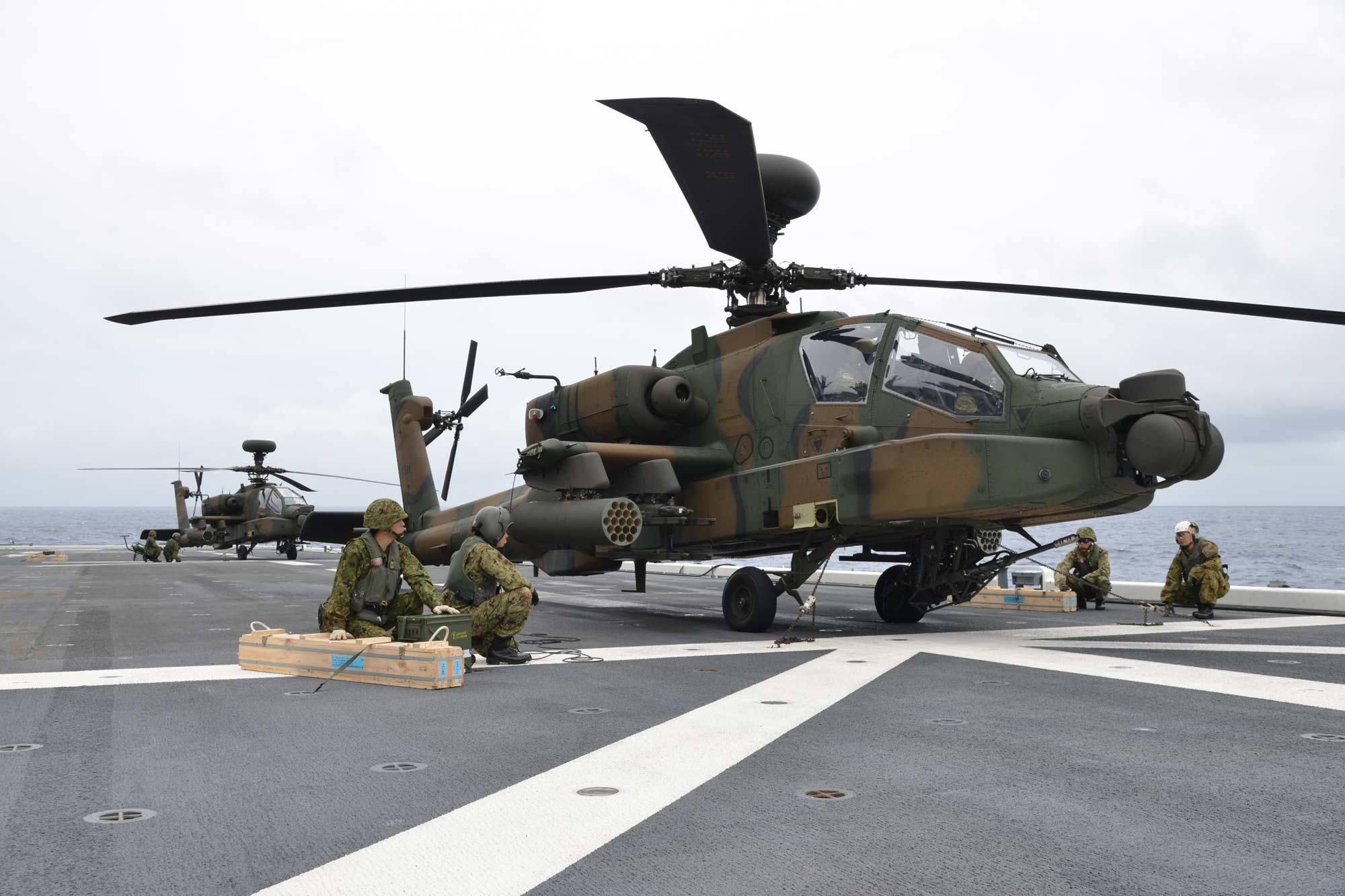 日本阿帕奇直升机上航母