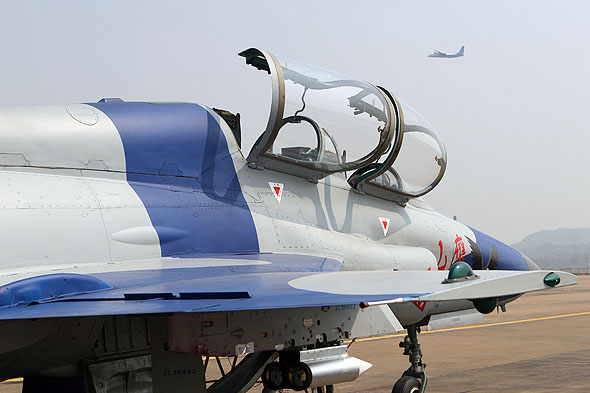 图文:山鹰做地面准备时新舟60在空中试飞
