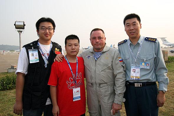 俄罗斯勇士飞行表演队队长及空军翻译队队长与新浪网编辑合影留念
