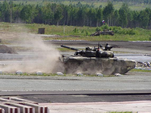 图文:装备新型隐身防护系统的T-90S主战坦克