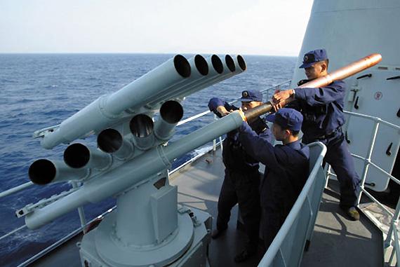 图文:官兵装填电子干扰弹