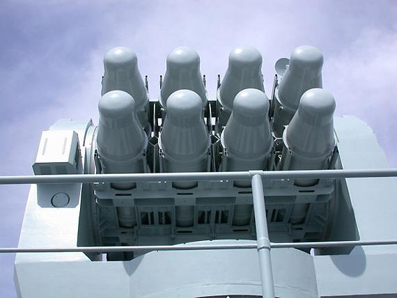 图文:深圳号装备的海红七防空导弹