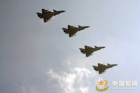 组图:成空歼10战机挂新型空空导弹远程奔袭