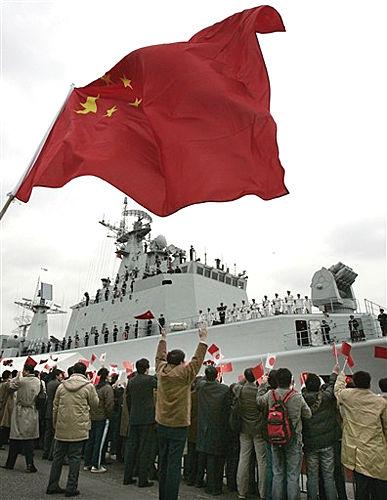 组图:在日华人华侨迎接中国深圳舰到访日本