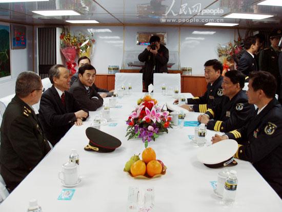 组图:中国驻日大使华人华侨代表登上深圳舰