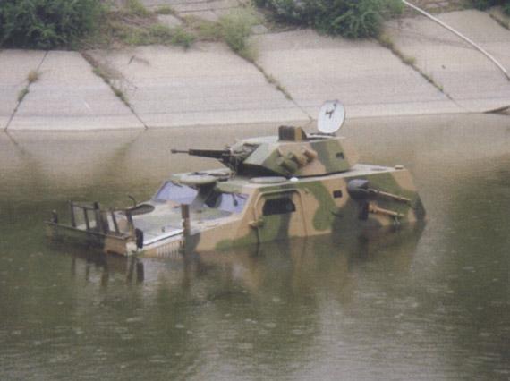 图文:正在进行浮渡的国产VN3轮式装甲车