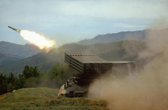 图文:中国81式122MM火箭炮开火