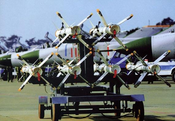 图文:中国挂弹车上的六枚霹雳-8空空导弹