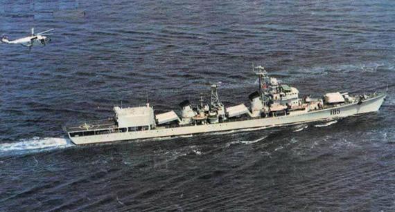 艘导弹驱逐舰——济南舰(舷号105),将从海军某基地拖到青岛海军博物馆
