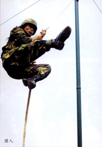 图文:解放军特种兵进行悬索训练