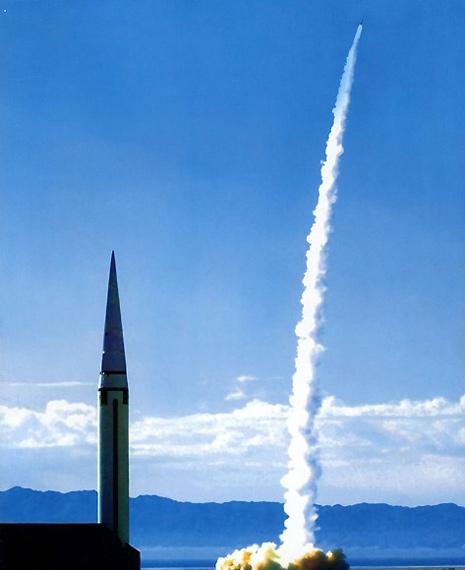 图文:解放军二炮东风15战术导弹多波次发射