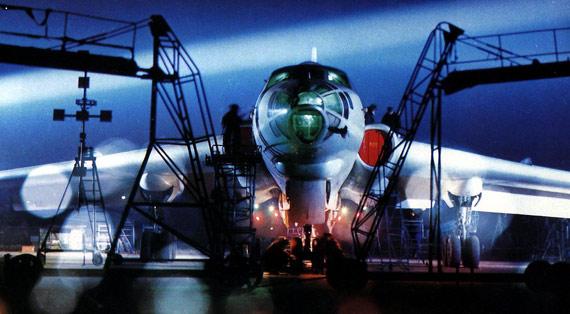 图文:解放军空军轰6轰炸机准备夜间训练