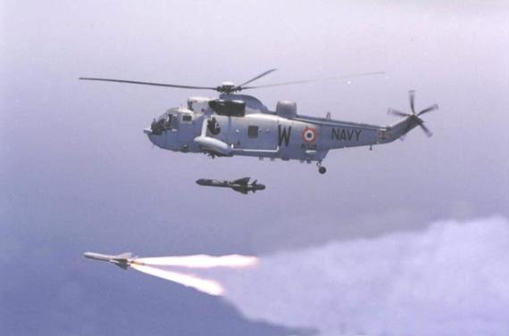 图文:印度海军海王直升机发射反舰导弹