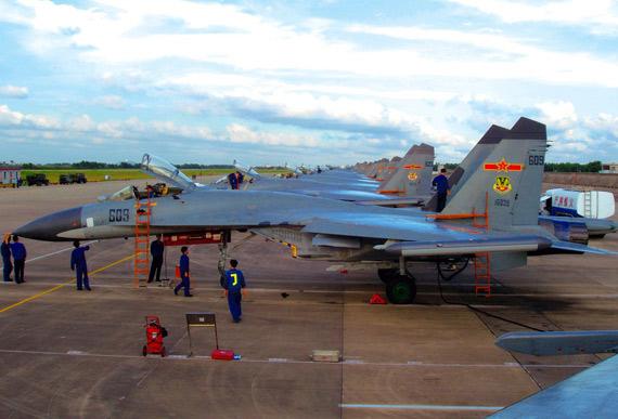 图文:中国空军苏-27战机维护中