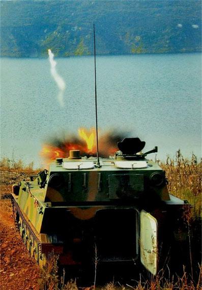 图文:陆军89式自行榴弹炮发射制导炮弹