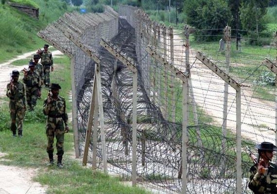 图文:边防线上印军士兵正在巡逻