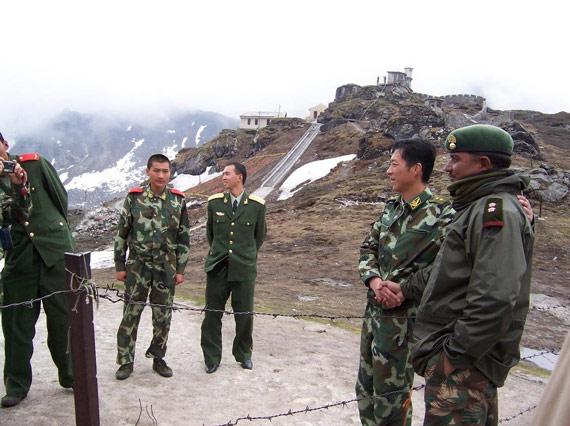 图文:中印边界哨所官兵友好相处
