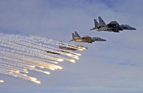 图文:参加空演的美国空军F-15E空中编队释放诱饵弹