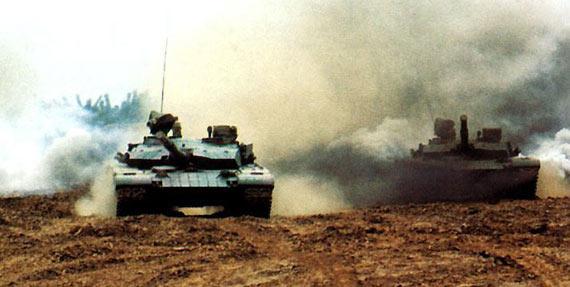 图文:解放军装甲部队99式主战坦克进攻演练