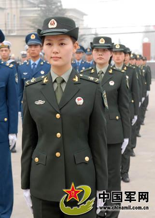 解放军陆军女兵新式军服更增秀美的英姿-济南军区全面换装07式新军