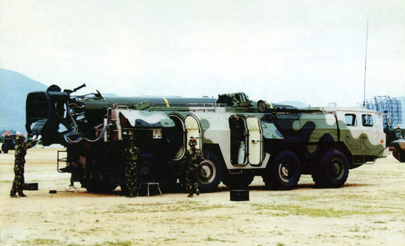 图文:解放军二炮部队东风11战术导弹进入战位