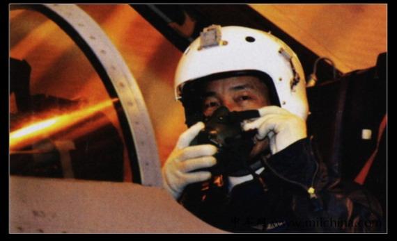中国空军飞行员突遇万米高空发动机停车险情
